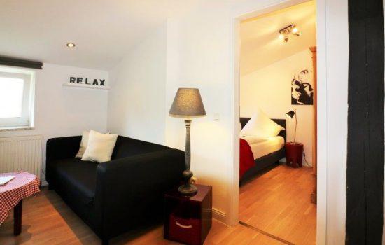 sofa-mit-blick-ins-schlafzimmer23
